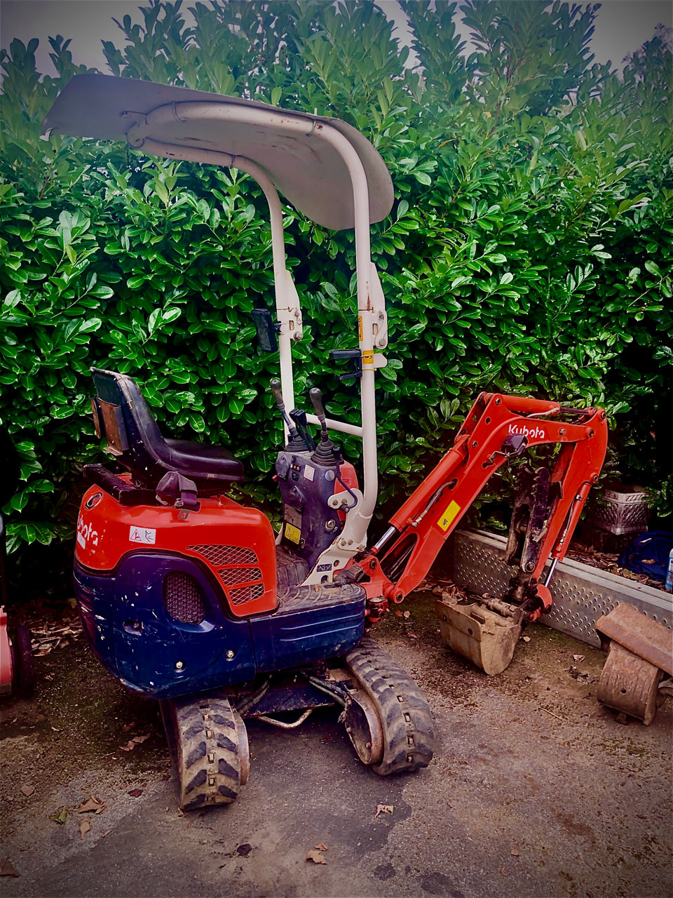 Mini digger hire with driver Wokingham Berkshire Hampshire Surrey 710 mm wide